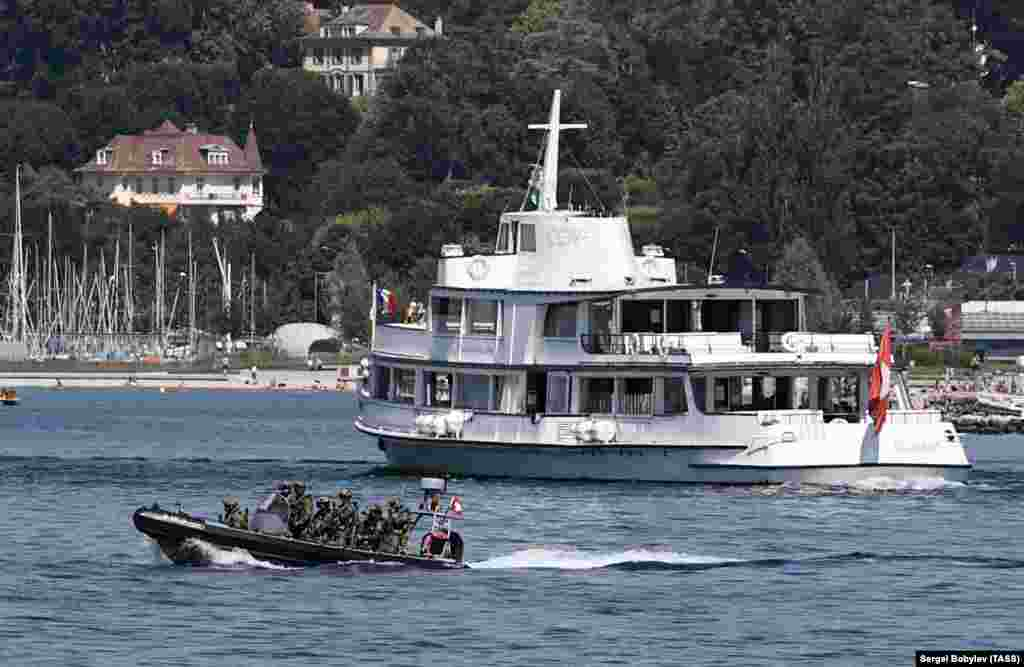 Спецназ на надувной лодке патрулирует Женевское озеро 15 июня.