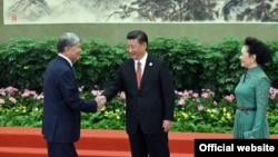 Kyrgyz President Almazbek Atambaev (left) meets with Chinese President Xi Jinping in Beijing on May 15.