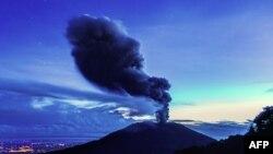Erupcija izbacila oblak vulkanskog pepela na visinu od 35.000 stopa