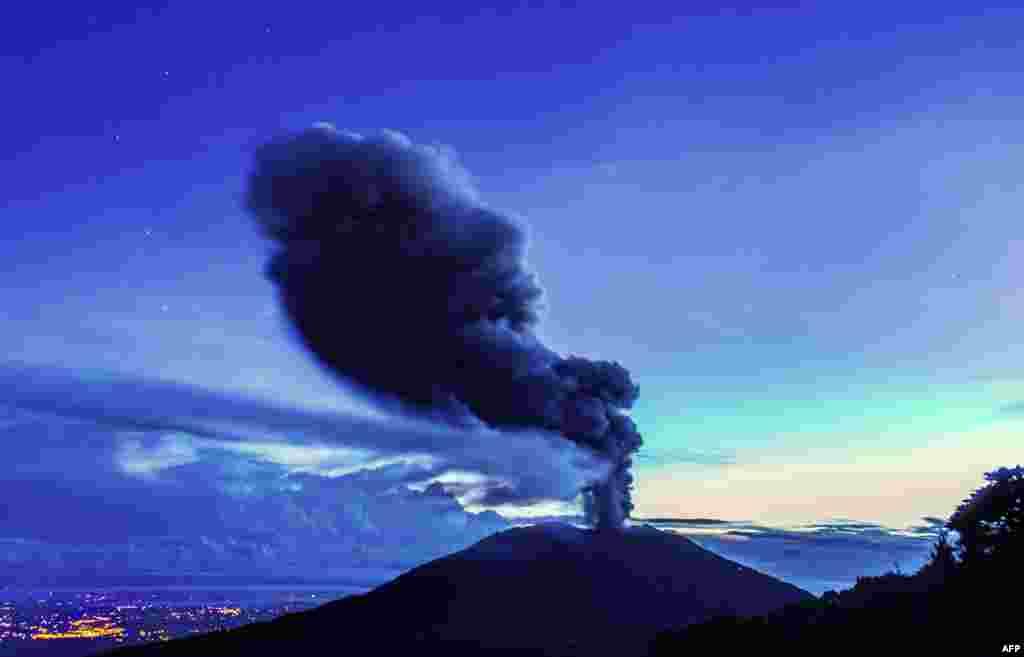 На фото - вулканТурриальба в Коста Рике. Вулкан проснулся после 130-летнего сна и выбросил в воздух двухкилометровый столб пепла. Извержение произошло в декабре 2014 и стало крупнейшим за последние 150 лет