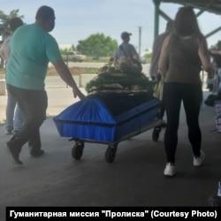 Тело человека переправляют на оккупированную территорию через КПВВ «Станица Луганская», 10 июня. На пересечение уже не нужно спецразрешение с украинской стороны, но по-прежнему нужно со стороны боевиков