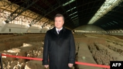В разгар политического противостояния на Украине президент Виктор Янукович улетел с визитом в Китай
