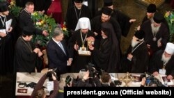 Участники Объединительного собора поздравляют новоизбранного главу Православной церкви Украины митрополита Киевского и всея Украины Епифания. Киев, 15 декабря 2018 года