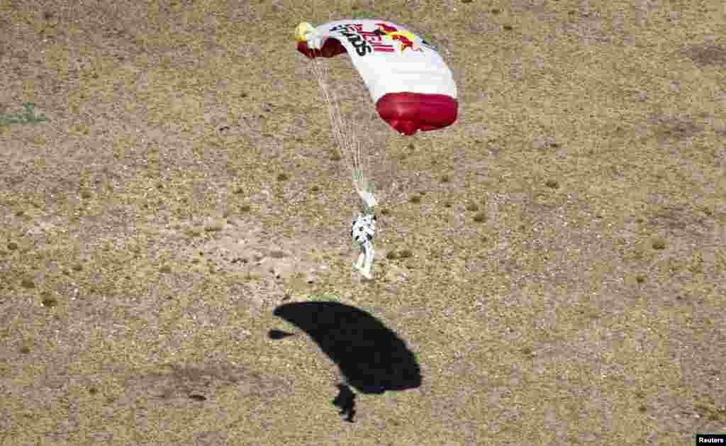 Baumgartner glides toward the New Mexican desert.