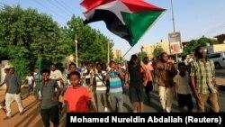 Протестующие празднуют на улицах Хартума, узнав о достижении договоренности между лидерами оппозиции и военными по соглашению о разделе власти, 5 июля 2019 год