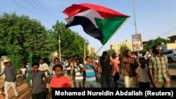 Протестующие в Хартуме празднуют подписание соглашения оппозиции с военными о переходном совете, 5 июля 2019