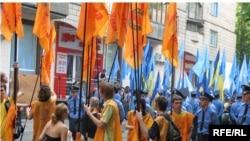 Как и на минувших парламентских выборах, немногим более 30% избирателей готовы поддержать Партию регионов во главе с премьером Виктором Януковичем. 18% украинцев симпатизируют оппозиционному Блоку Юлии Тимошенко