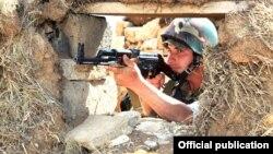 ՀՀ ԶՈւ զինծառայողը մարտական հերթապահություն է իրականացնում հայ-ադրբեջանական սահմանին, արխիվ