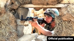 Հայկական բանակի զինծառայողը հսկում է Ադրբեջանի հետ սահմանը, արխիվ