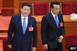 Си Цзиньпин (слева) и нынешний премьер Госсовета Ли Кэцян (справа)