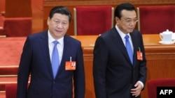 Президент Китая Си Цзиньпин (слева) и премьер Госсовета Китая Ли Кэцян на сессии Всекитайского собрания народных представителей.