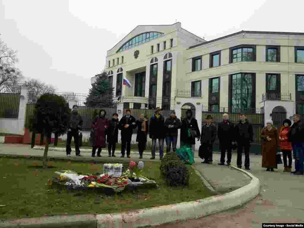 Comemorarea lui Boris Nemțov la ambasada rusă de la Chișinău, pe 1 martie.