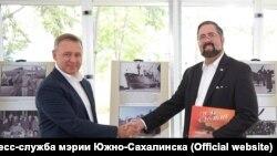 Мэр Южно-Сахалинска Сергей Надсадин и генсконсул США Майкл Кийс