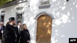 Ne poštuje se odluka Ustavnog suda Kosova: Sava Janjić sa Hilari Klinton u Dečanima