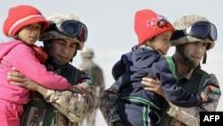 سربازان اردنی، کودکان آواره سوری را در منطقه مرزی به اردوگاه میبرند