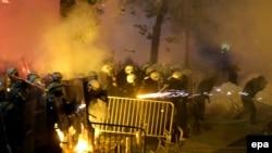 Pamje e përleshjeve të policisë me demonstruesit në Podgoricë mbrëmë vonë