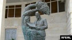 Памятник Гасан беку Зардаби