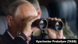 Президент Росії Володимир Путін спостерігає за навчаннями «Схід-2018» на полігоні Цугол