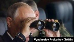 """Ресей президенті Владимир Путин """"Восток-2018"""" әскери жаттығу барысын дүрбімен қарап тұр."""
