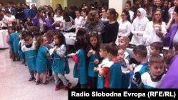 Гимназијата во Дебар е дел од проектот за помош на децата бегалци од Сирија.