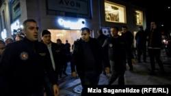 Сотрудники МВД Грузии сопроводили ДавидаБердзенишвили до автомобиля патрульной полиции