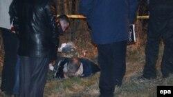 Міліцыянты аглядаюць цела Аляксандра Музычкі