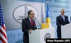Eliot Engel mengadakan konferensi pers bersama dengan Perdana Menteri Kosovo Ramush Haradinaj di Pristina pada November 2017.