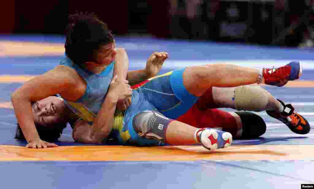 Ешімова - Пак арасындағы финалдық кездесуден көрініс.Ешімова 2011 жылы әлем чемпионатының финалына шығып, жеңілген. Азия чемпионатында бір рет (2007), үш рет күміс (2008, 2009, 2010) және бір рет қола алды.