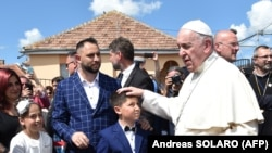 Papa Francis Rumıniyada Roma icmasıyla görüşür, arxiv fotosu