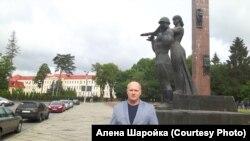 Павло Шаройко біля пам'ятника героям Другої світової війни у Львові