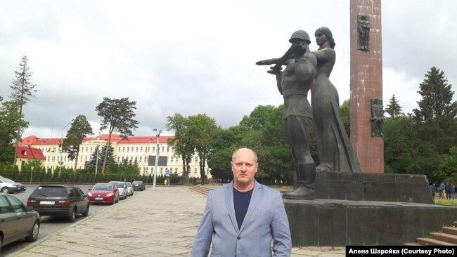 Паўло Шаройка ля помніка героям Другой сусьветнай вайны ў Львове