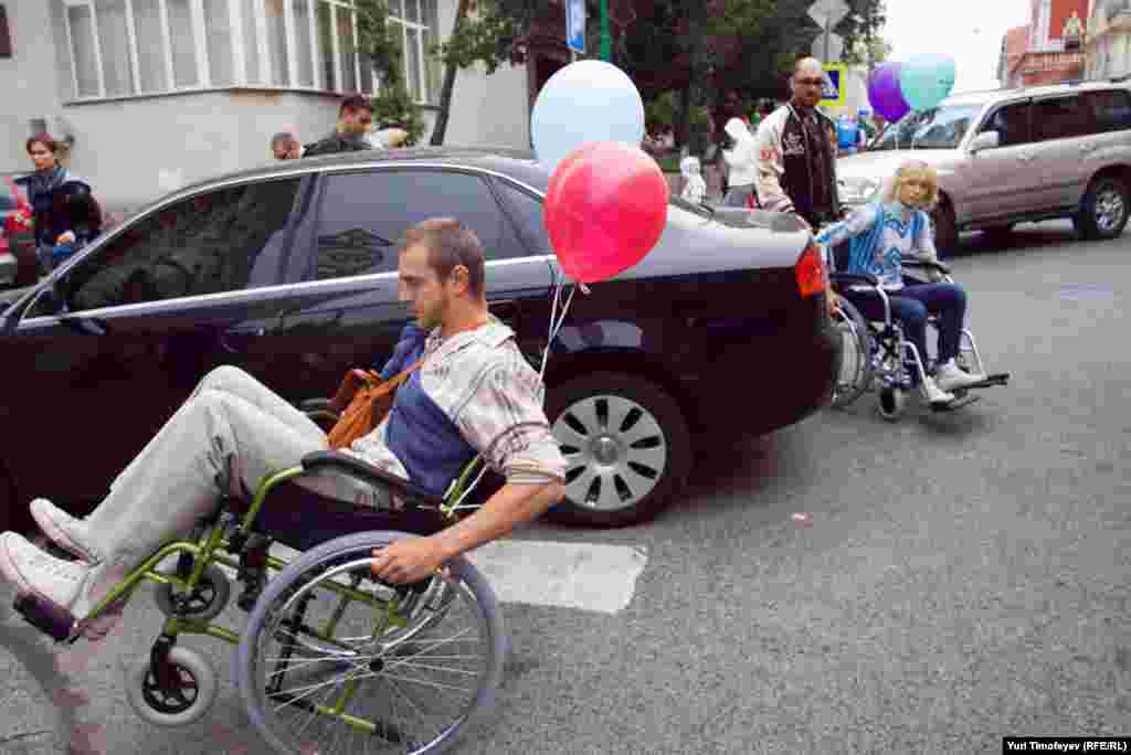 Машины, повсеместно припаркованные на пешеходных переходах, мешают не только инвалидам