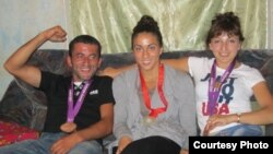 Элизабет Стоун (ортада) ағасы Лаша және әпкесі Теонамен бірге.