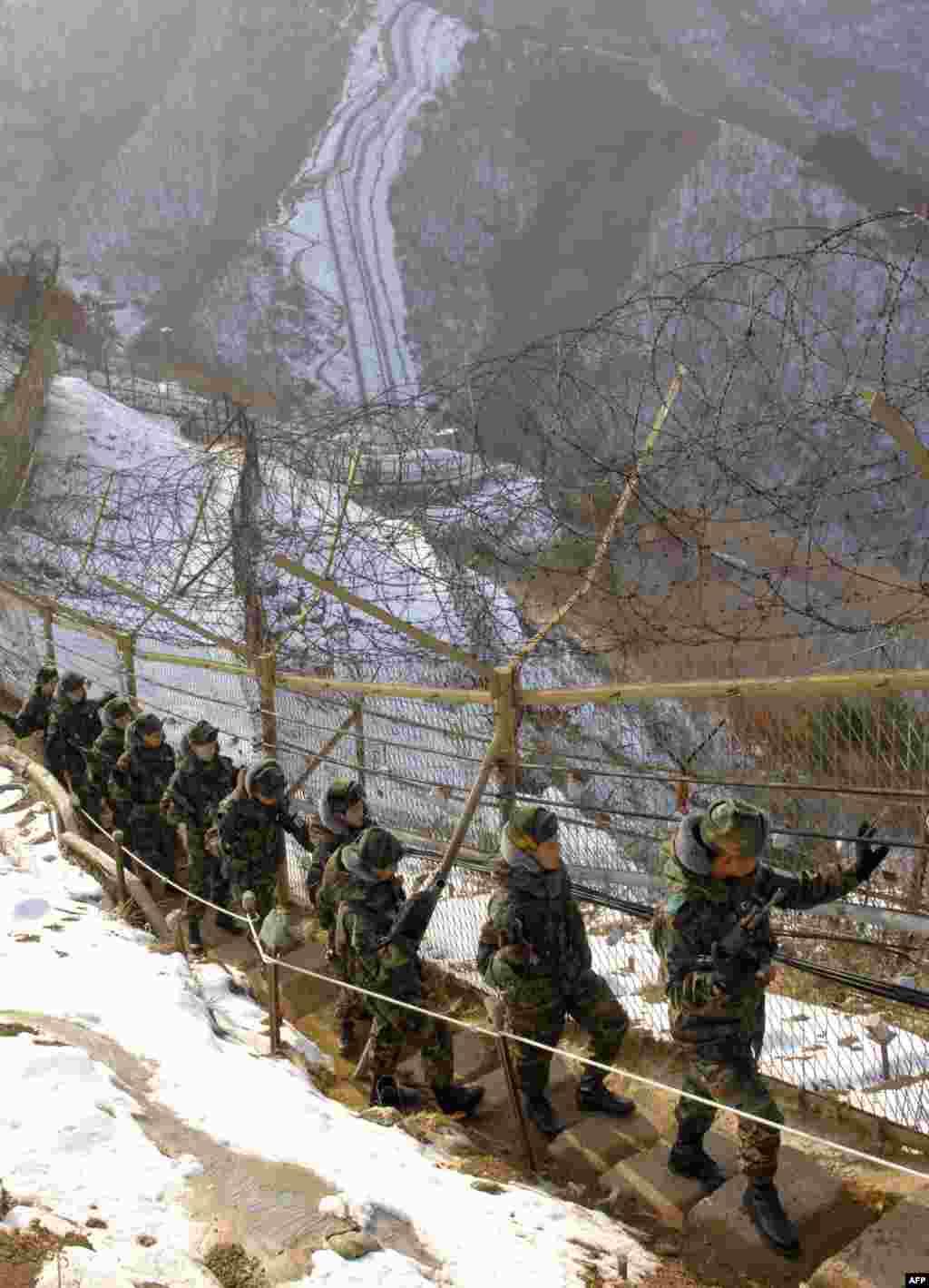 Еще одна стена находится на демилитаризированной зоне между Северной и Южной Кореями. Ее длина - 240 км, некоторые ее участки также находятся под напряжением. Забор между государствами появился в 70-х прошлого столетия, когда стороны не смогли договориться о перемирии. В середине августа стороны впервые за долгое время обстреляли друг друга