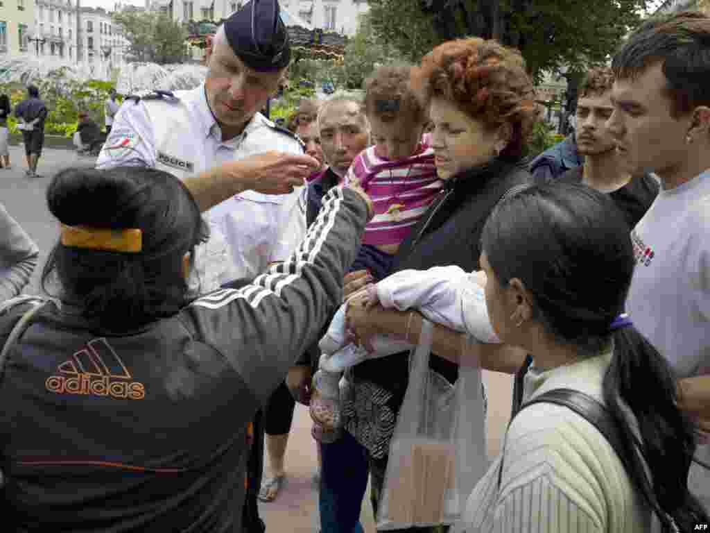 Francuska je 19.08.2010. počela sa proterivanjem stotine Roma u Rumuniju i Bugarsku, ističući da su se ilegalno nastanili. Kritičari, pak, ističu da je ovaj potez vlasti u Parizu sračunat na skretanje pažnje javnosti zbog pada popularnosti Nikolasa Sarkozija (Nicolas Sarkozy), kao i ekonomskih i socijalnih problema . Foto: AFP / Jean - Philippe Ksiazek