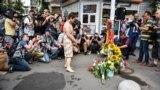 """Посол США Марі Йованович під час <a href=""""http://www.radiosvoboda.org/a/video/29377969.html"""" target=""""_blank"""">акції до другої річниці вбивства Павла Шеремета</a>в Києві, 20 липня 2018 року. «Ми нещодавно чули від деяких друзів та журналістської спільноти, що вони відчувають великий тиск. І я знову думаю, що це роль уряду – створити середовище, де журналісти зможуть займатися своєю професією, що є особливо cуттєвим у будь-якій демократичній країні: повідомляти чесно, об'єктивно, зрозуміло та незаангажовано, неупереджено, так, щоб українці у цьому випадку могли б зробити власні висновки», – сказала посол журналістам"""