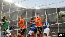 Мелу забивает гол в свои ворота