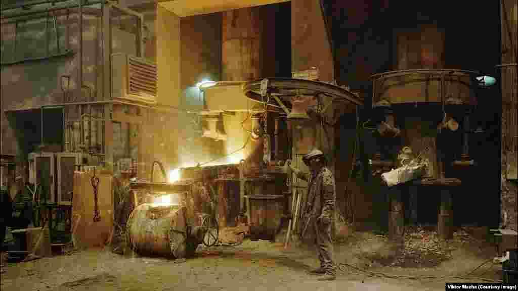 Рабочий направляет поток жидкого чугуна на заводе в Восточной Чехии. Основной род деятельности фотографа Виктора Махи связан с арендой недвижимости в Праге. «Фотография – это просто хобби, которое вышло из-под контроля», - говорит он.