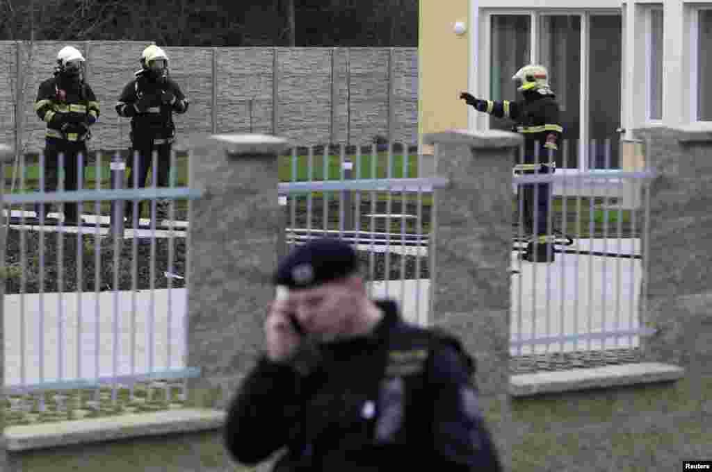 """1 января при взрыве в здании посольства Палестины в Чехии получил смертельные ранения палестинский посол. По данным чешской полиции, взрыв был несчастным случаем, произошедшим из-за неправильного обращения с взрывоопасными веществами. В заявлении министерства иностранных дел Палестинской автономии говорится, что посол Джамаль аль-Джамаль """"открывал старый сейф, перевезенный из прежнего здания посольства в новую резиденцию""""."""