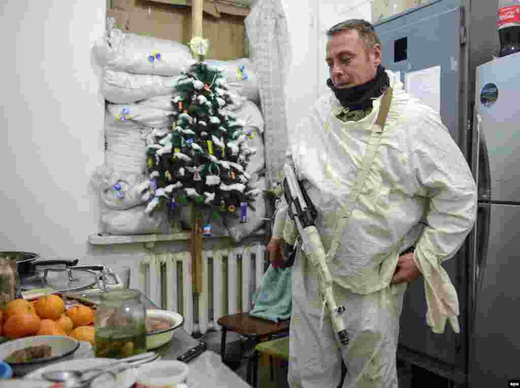 Український військовий на кухні, де готують страви до святкування Нового Року. Село Піски під Донецьком, 31 грудня 2014 року