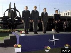 Розширення НАТО (зліва направо) прем'єр-міністр Польщі Єжи Бузек, прем'єр-міністр Чехії Мілош Земан, генеральний секретар НАТО Хав'єр Солана; прем'єр-міністр Угорщини Віктор Орбан, 16 березня 1999 року