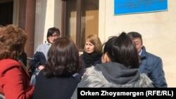 Корреспондент телеканала «Настоящее Время» Светлана Глушкова (в центре) на выходе из суда. Нур-Султан, 1 апреля 2019 года.