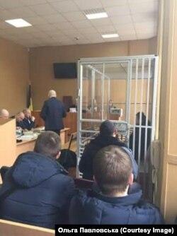 Олександр Пугачов у залі суду перебував у металевій клітці, Дніпро, 17 лютого 2017 року (Фото: Ольга Павловська)