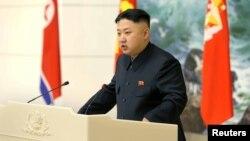 Түндүк Корея лидери Ким Чен Ун ракета учурган инженерлер, окумуштуулар чакырылган сый тамакта сүйлөөдө. 22-декабрь, 2012-жыл.