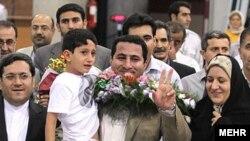 شهرام امیری پس از بازگشت به ایران در میان اعضای خانواده خود و حسن قشقاوی، معاون کنسولی وزارت امور خارجه