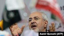 محمد جواد ظریف در جریان سفرش به اسلام آباد