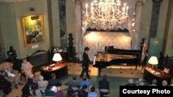 Кыргызстандык жаш пианист Азамат Сыдыков