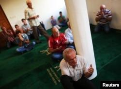 Сараево түбінде тұратын босниялық мұсылмандар намаз оқып отыр. 8 тамыз 2013 жыл.