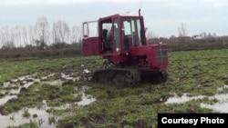 Ərçivanda hələ də sovetdənqalma traktor işlədilir.