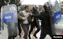 Bakı polisi şəhər mərkəzində müxalifət fəallarının keçirdiyi aksiyanı dağıdır. 26 yanvar 2013